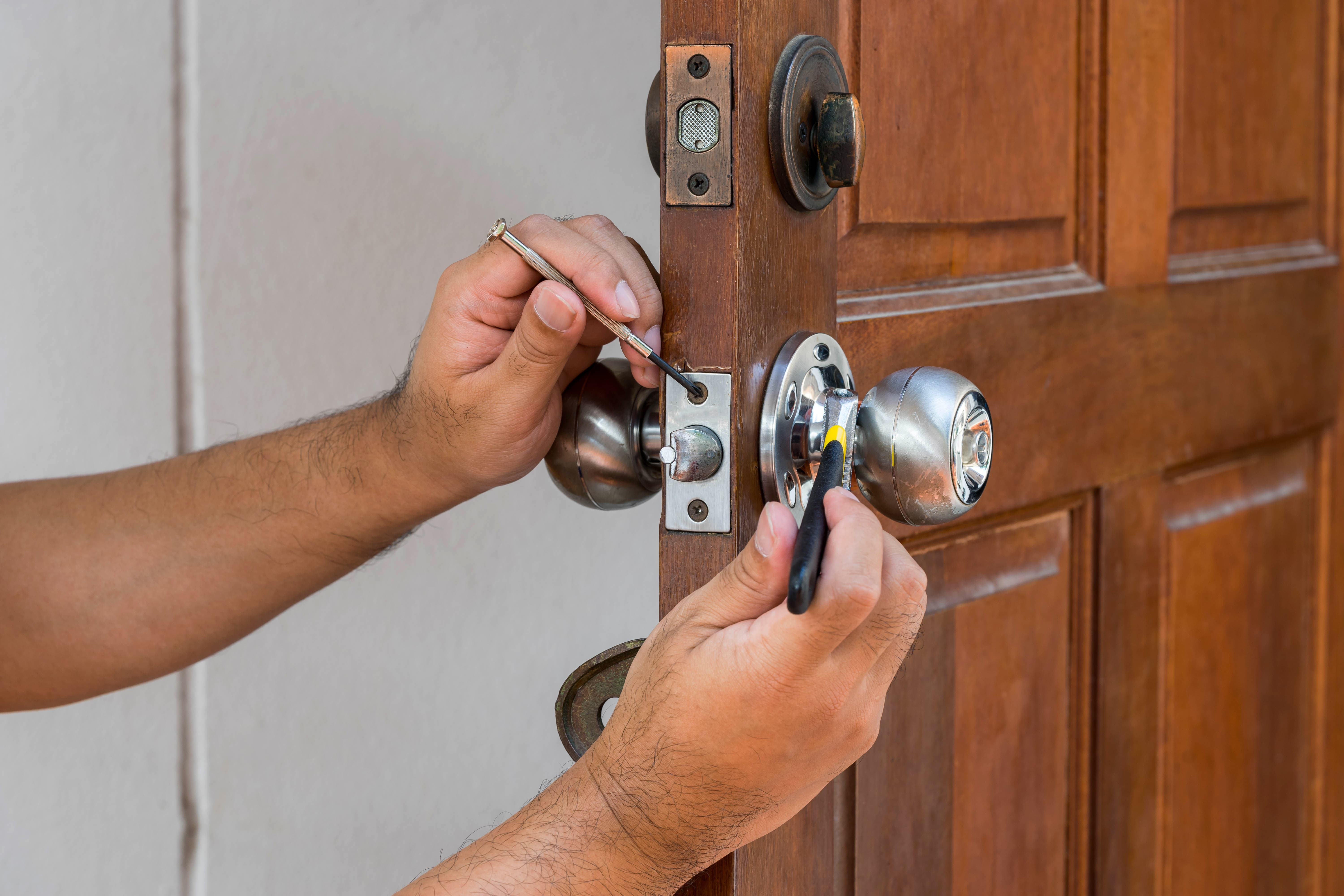 NJM Locksmith Fixing Lock